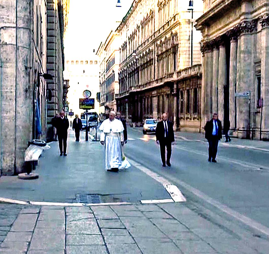 Papa Francesco a sorpresa a piedi in via del Corso, prega sul Crocifisso che nel 1522 salvò Roma dalla peste
